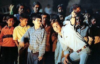 Image extraite du film Swades qui raconte l'histoire d'un indien, cadre à la NASA, retournant dans sa région natale pour soutenir son développement) © bollywood-lyrics.skyrock.com