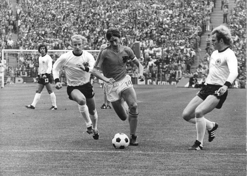 Yohan Cruyff, emblématique capitaine des Oranje, se faufile entre deux joueurs allemands lors de la finale de la Coupe du Monde 1974. © Photo Rainer Mittelstädt