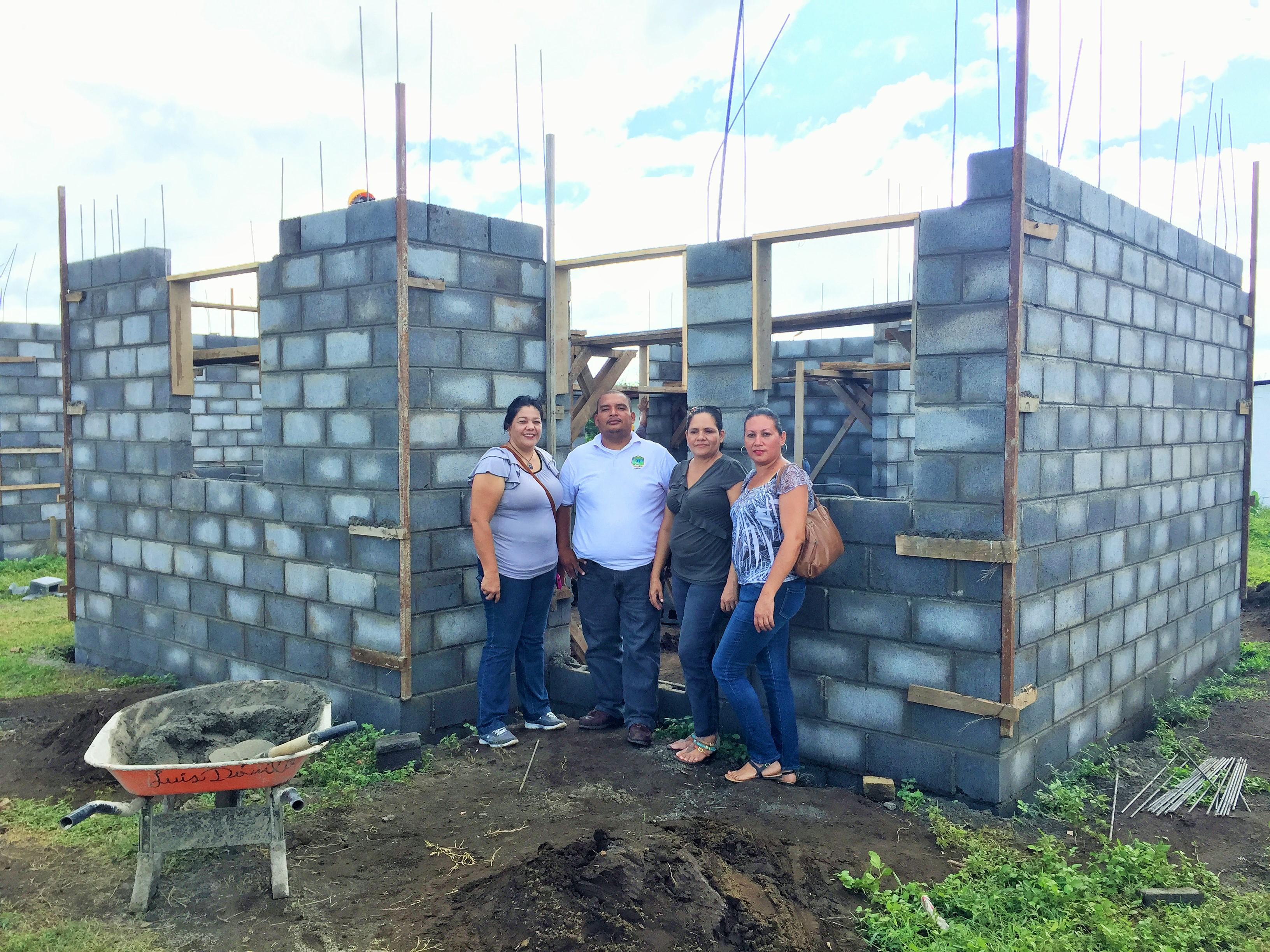 De gauche à droite: Faniz Jirón, responsable de CENCOVICOD, Benito, Adela et Emma, coopérativistes de Manos Amigos, devant la maison en cours de construction de Benito. [M. Lutz]