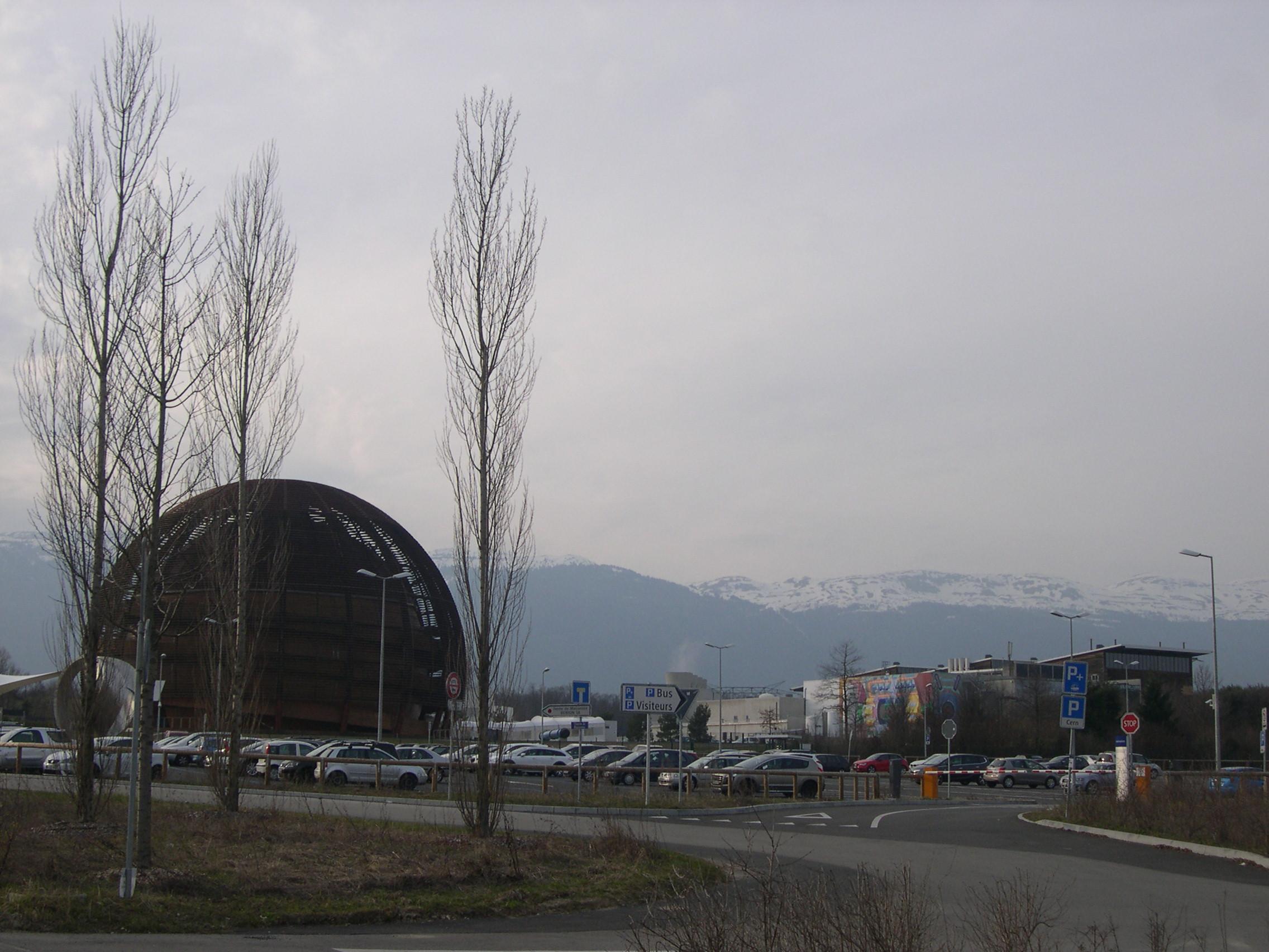 Arrivée au CERN. Face à un paysage aussi féérique, le voyageur se sent transporté par la sensation d'être allé au bout de lui-même et de la Suisse à la fois. [JB Bing 2015]