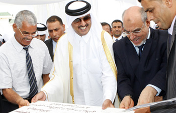 (17 juillet 2012, signature d'accords entre la Tunisie et le Qatar, Hamadi Jebali (à droite : ex-premier ministre tunisien) et le prince héritier de l'Etat du Qatar (à gauche), Cheikh Tamim Ben Hamad Al Thani. © businessnews.com