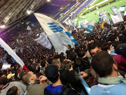 Photo prise par Jet d'Encre Tout à gauche de la tribune, le no man's land séparant les supporters des deux camps.