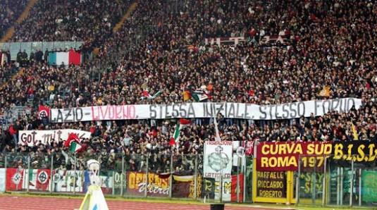 Match A.S. Roma-Livorno du 29 janvier 2006. Croix gammée et croix celtique en bas à gauche. © xxdrughixx.gionnavi.it