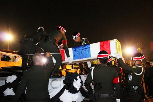 L'arrivée à Chiang Mai du cercueil renfermant le soldat tué dans la province de Yala. © Chiang Mai City Life.