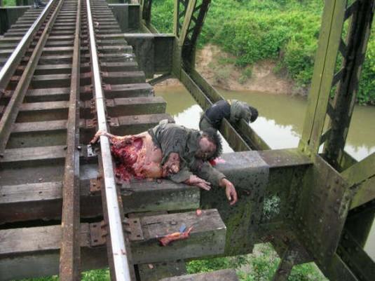 Dépouilles de soldats sur une voie ferrée. Cette image extrêmement dure illustre le degré de violence que peut atteindre le conflit, aux confins d'un pays réputé pour son calme et pour ses nombreuses attractions touristiques. Photographe anonyme.