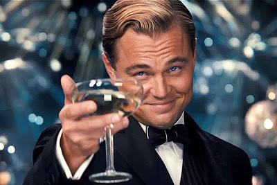 Léonardo Di Caprio interprétant Gatsby dans l'adaptation de l'ouvrage de Fitzgerald. Le personnage est cité par certains interviewés américains comme un modèle de réussite. Étonnament d'ailleurs, puisque l'histoire raconte que sa fortune se serait construite sur la vente illégale d'alcool durant la prohibition.
