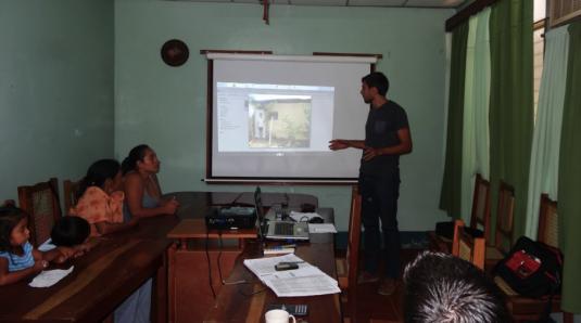 Présentation du projet à un groupe de participantes © Diego Prieto Merino