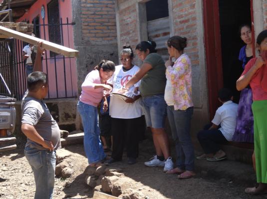 Participantes gérant une arrivée de matériel © Diego Prieto Merino