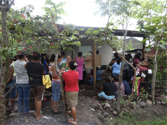 Sensibilisation au changement climatique dans un des quartiers © Diego Prieto Merino Le couvert de cette nouvelle maison sert de centre de réunion aux femmes du quartier
