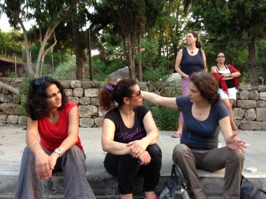 Grandes discussions à Byblos (Lina, May Al Jarah, May Scaff, Yasmina et Mayssa) (c) Yasmina Tippenhauer