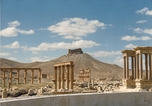 Les vestiges de la grande Palmyre et la citadelle hissée sur le sable (1989)