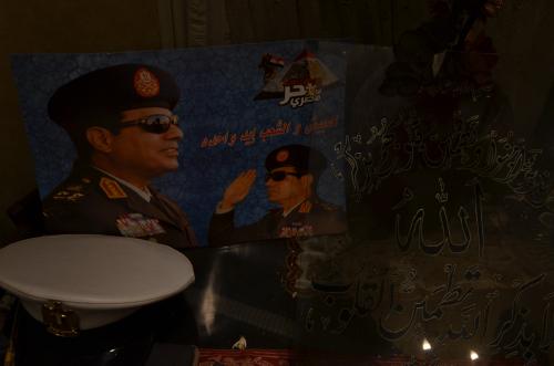 """Même dans les salons des Égyptiens, les photos du général El-Sissi sont présentes. On peut y lire """"L'armée et le peuple, une seule main""""."""