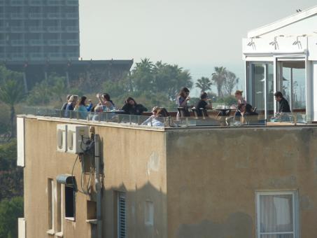 Les toits de Tel-Aviv sont le pendant des terrasses européennes. (Décembre 2013, JDSV)