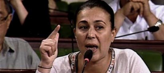Karima Souid, députée néo-arabophone de l'Assemblée Nationale Constituante, membre du parti « Al-Massar », quittant la salle après qu'on lui ait refusée une traduction instantanée en français d'un terme relatif à l'article 34 en discussion : http://www.tunisienumerique.com/tunisie-anc-karima-souid-se-retire-furieuse-de-la-pleniere/207058 (6 janvier 2014)