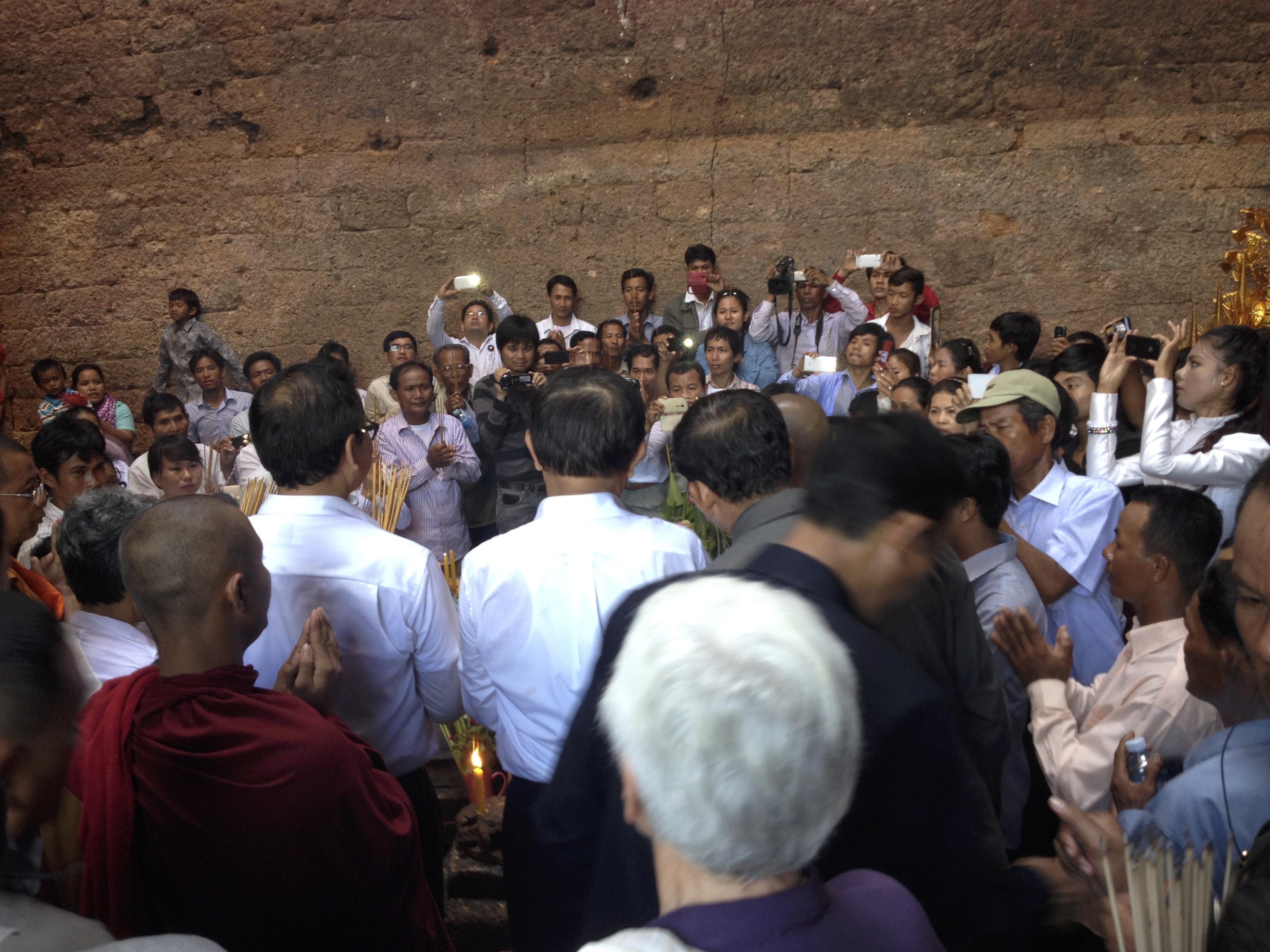 Sam Rainsy, de dos, acclamé par la foule lors de son entrée dans le temple surplombant Phnom Da. Photo prise par l'auteur.