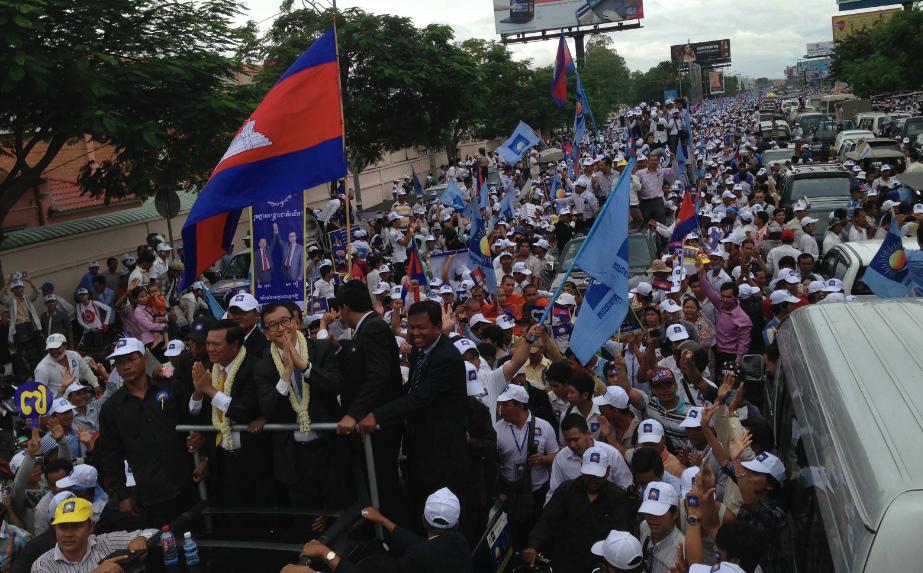 Marche du parti d'opposition, menée par Sam Rainsy (sur le camion à gauche, fixant l'objectif). © Prachatai (flickr.com/photos/prachatai).