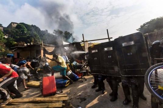 Evacuation d'une favela de Rio par les unités de police pacificatrices. Est-ce que ça vaut un dribble du multi-millionaire Ronaldo? © Abdeslam Kelai