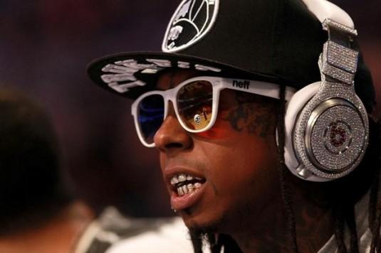 Le rappeur américain Lil Wayne portant des écouteurs Beats. Pourquoi la firme Apple a-t-elle acheté si cher une marque d'écouteurs (ndlr: 3 milliards de dollars)? Est-ce parce que celles et ceux qui en porte sont l'archétype du zombie-consommateur? © gizmodo.com