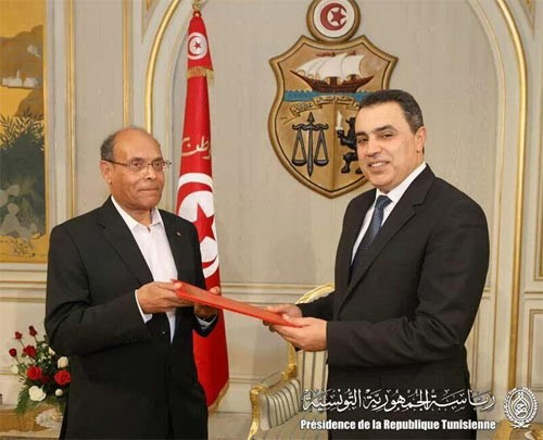 Prise de pouvoir de Mehdi Jomaa (ici à droite sur l'image) accordée par le Président de la République Moncef Marzouki (ici à gauche sur l'image), © www.mag14.com, disponible : http://www.mag14.com/national/40-politique/2694-mehdi-jomaa-lje-ne-ferai-pas-de-miraclesr.html