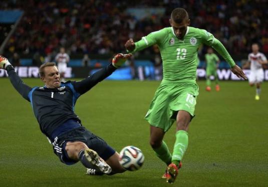 Manuel Neuer, révolutionnant le poste de gardien de but face à l'Algérie au Mondial 2014 (www.tagesspiegel.de)
