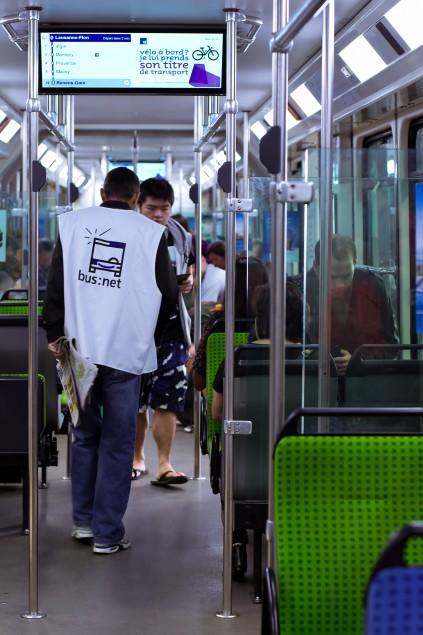 El Houssain procède à l'inspection rituelle des rames de métro. © S.R. Torres