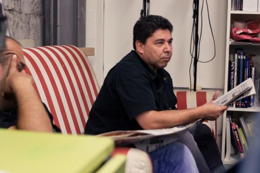 Majid fait la lecture à son tour, avec plus de difficultés. Il écoute Sam le civiliste qui lui corrige la prononciation d'un mot.