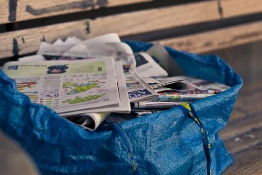 Avant la pause, le sac de journaux ramassés est déjà rempli.