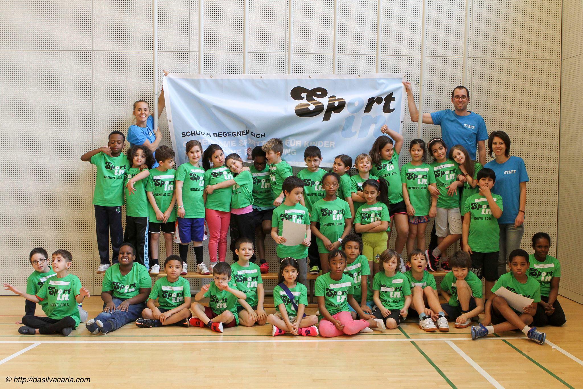 Les 33 participants de Sportin posent avec trois adultes présents lors de cette journée pour une photo d'équipe. Photo de Carla da Silva - http://dasilvacarla.com/