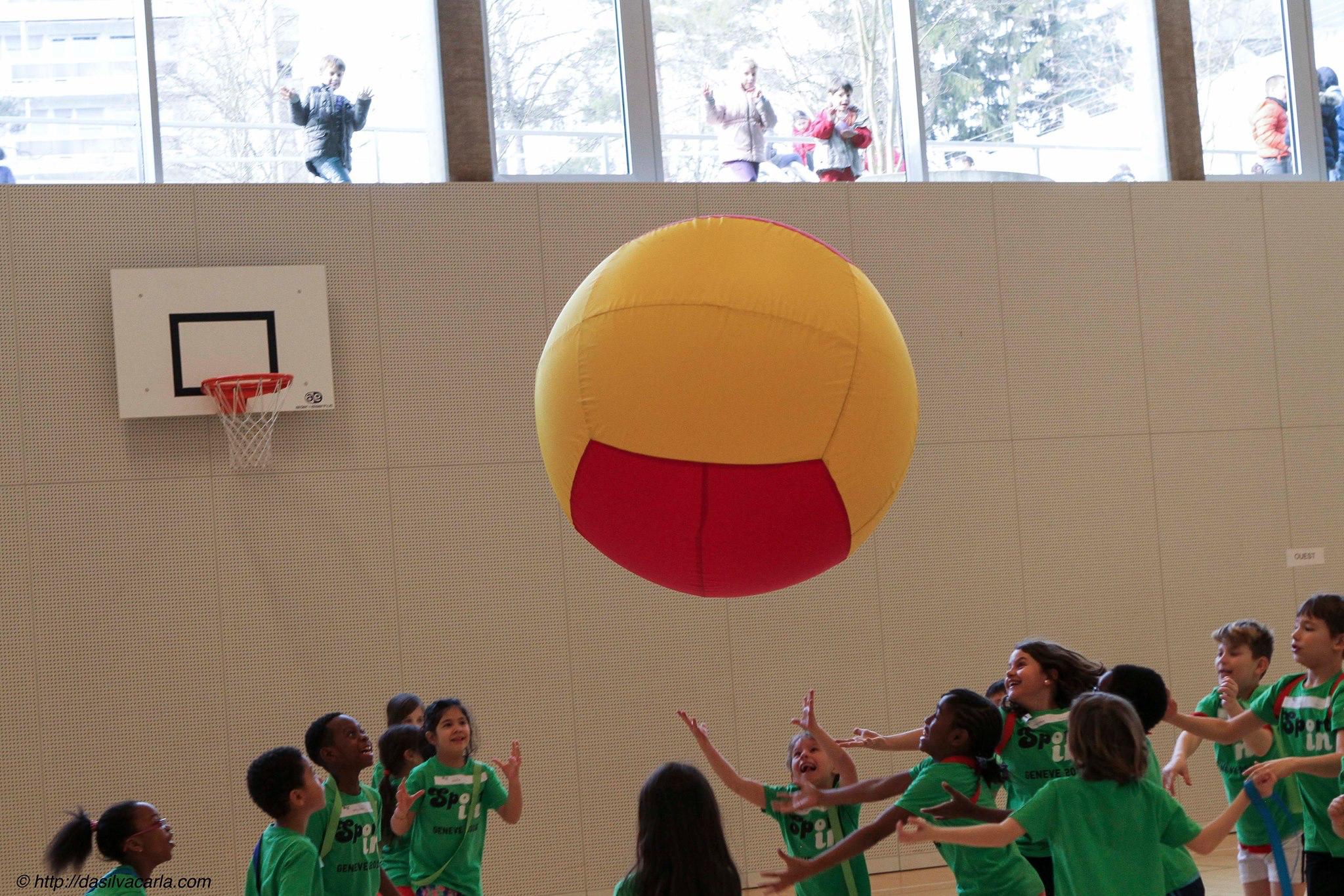 """""""Les différences deviennent invisibles quand tous les enfants sont vêtus de vert et elles laissent place à l'amusement. Photo de Carla da Silva - http://dasilvacarla.com/"""