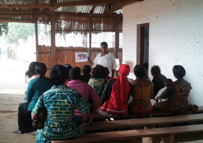 Séance de sensibilisation pour les patientes du centre Karibuni wa mama. [Emilie Linder]