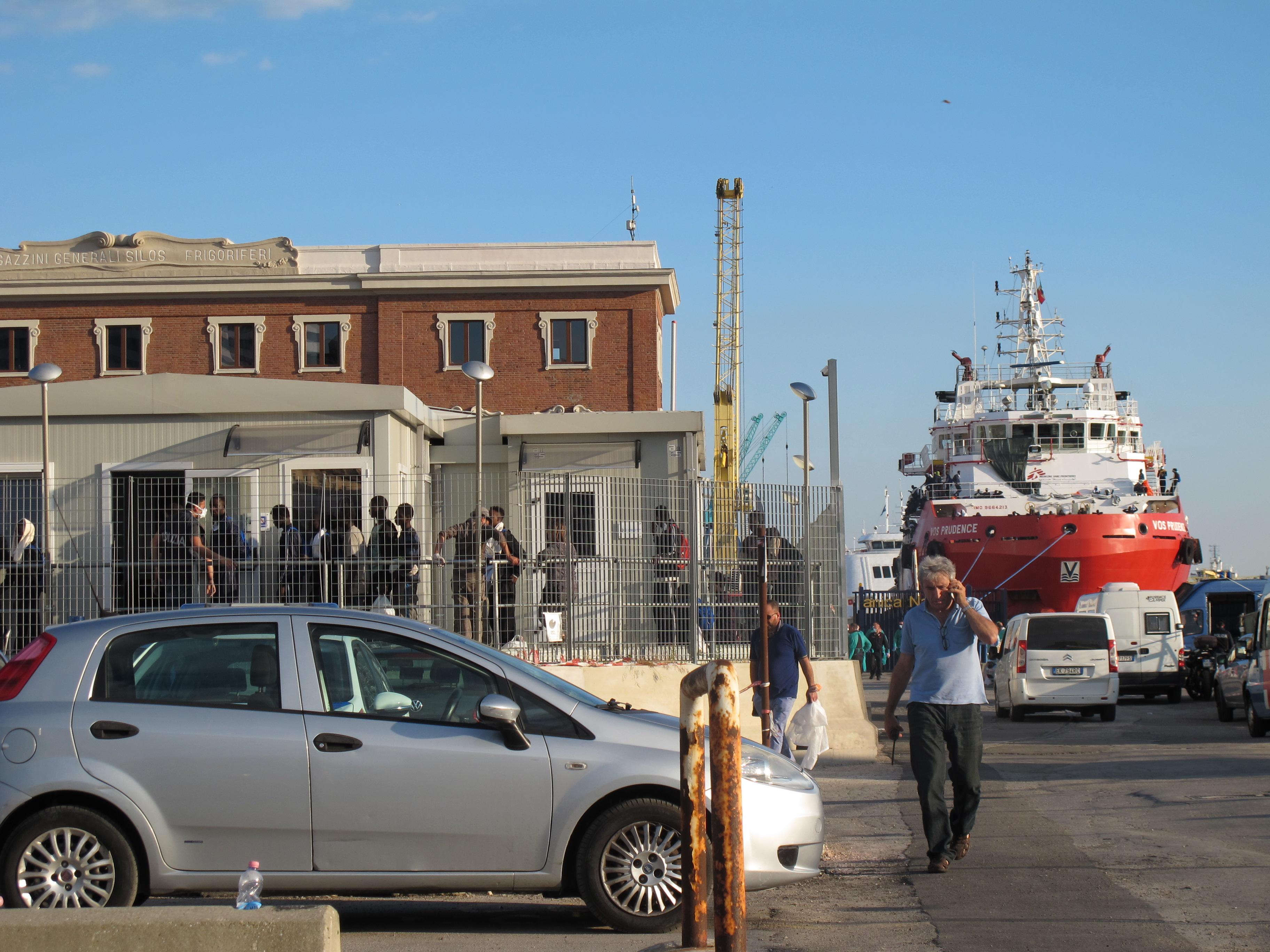 Le Navire de Médecins sans frontière et un poste de douane © ID
