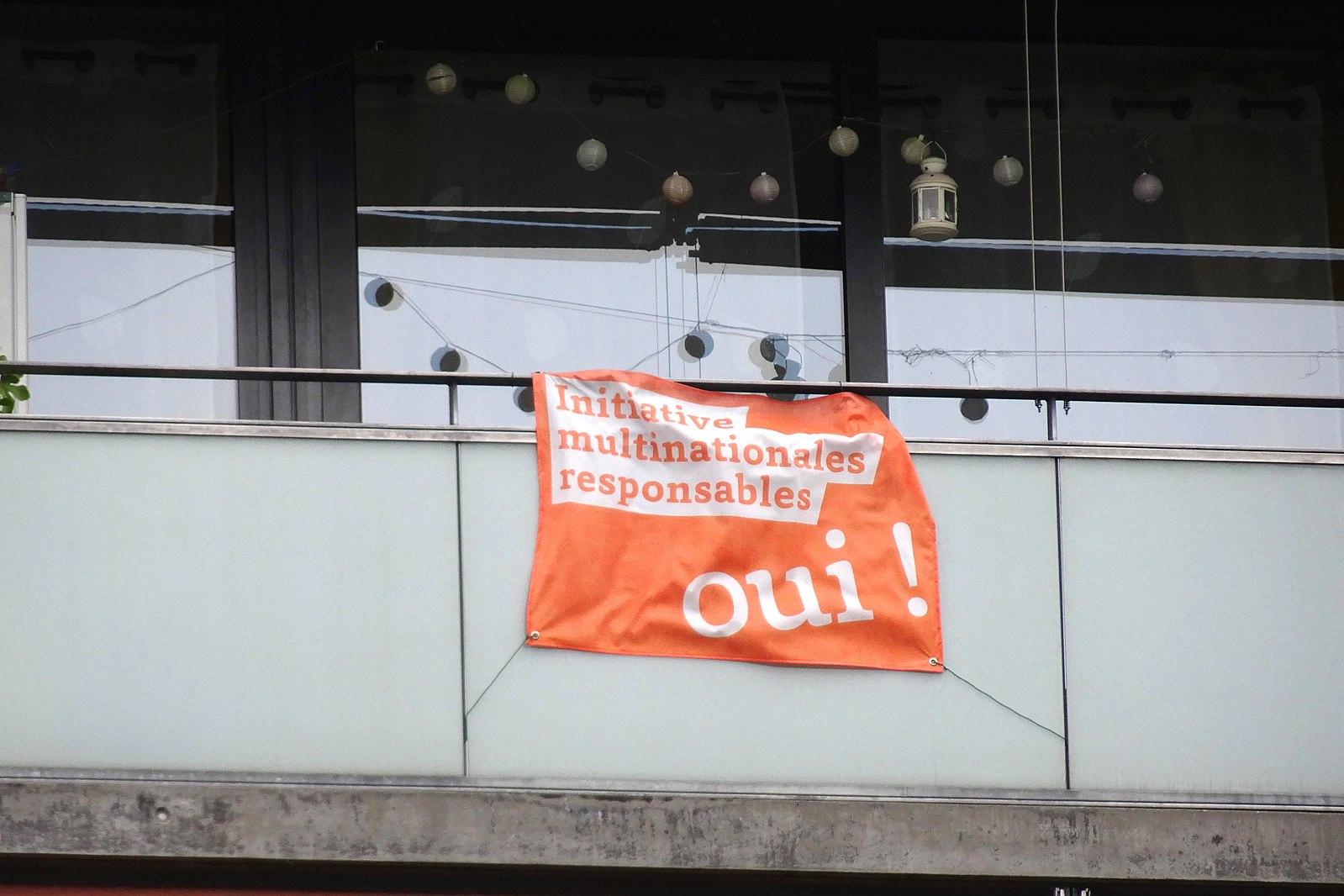 Drapeau en faveur de l'initiative pour des multinationales responsables © Wikimedia Commons ¦ MHM55